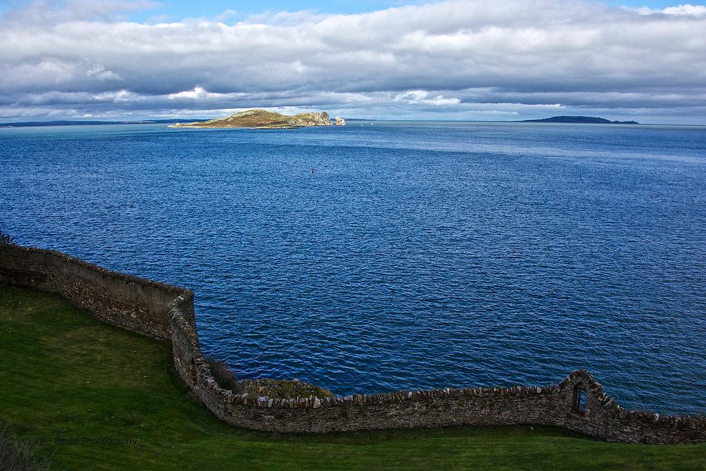 Eine Mauer vor dem Meere